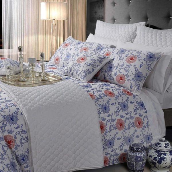 Édredon acolchoado dupla face. Decoração do quarto em harmonia com jogo de cama estampado. Complementando com almofadas acolchoadas e estampadas. Produção sob consulta.
