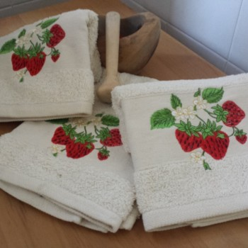 Terry kitchen towel with embroidery. 100% Cotton