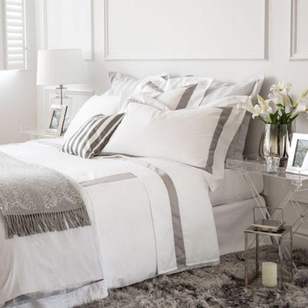 Jogo de lençóis e capa de édredon em tela de alta qualidade 100% algodão Percale. Design de requinte adornado com manta cobre pés. Produção sob consulta.