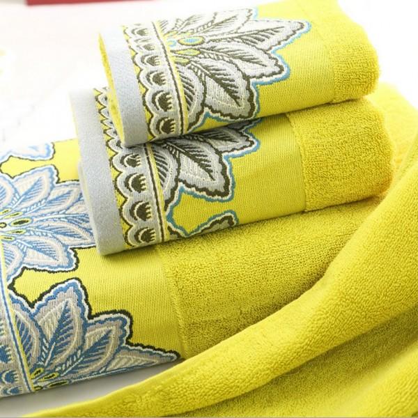 Toalhas de felpo 100% algodão com barra decorativa contrastante.