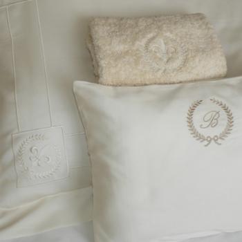 Fronha de almofada modelo Oxford bordada, almofada decorativa  bordada, toalha de felpo bordada.