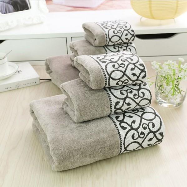 Toallas de baño en rizo 100% algodón con cenefa decorativa contrastante. Toque y acabado velour. Varios tamaños y colores