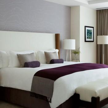 Capa de edredão, lençol de cima, almofadas, lençol de baixo, tapa pés, almofadas decorativas.
